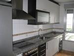 Alquiler de piso (Cocina con muebles modernos y amplios)